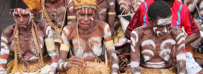 Ant kaukolių miegantys ir smegenimis užkandžiaujantys Asmat genties nariai