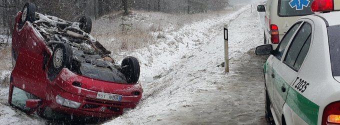 Stipriai sningant susiformavusi sniego košė tapo spąstais VW markės autobusiukui