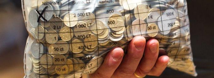 Gyventojai ruošiasi eurui: į bankus neša ir taupykles, ir banknotų ritinius