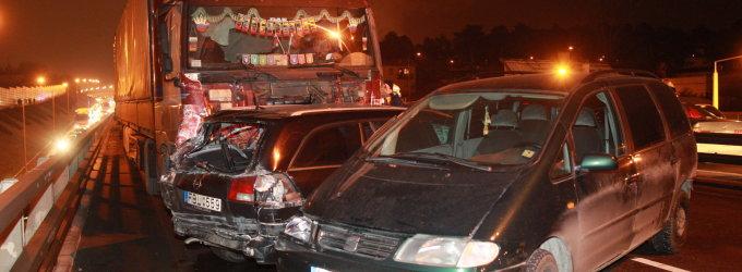 Vilniuje vilkikas be stabdžių ištaškė apie 20 automobilių ir sunkvežimių