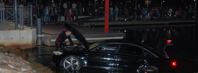 """Į Masčio ežerą nugarmėjo prabangi """"Audi A6"""""""