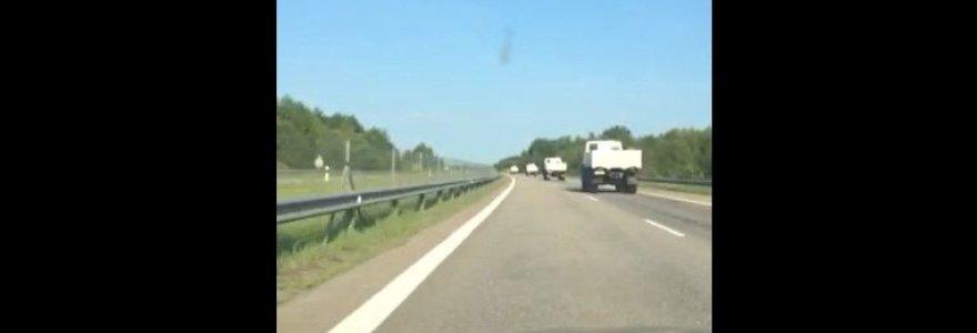 Automagistrale riedėjusi rusiškų sunkvežimių virtinė gąsdino vairuotojus