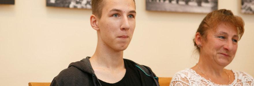 """Iš mirties gniaužtų ištrauktas šiaudų smulkintuvo sužalotas 17-metis: """"Pats laikas važiuoti namo"""""""