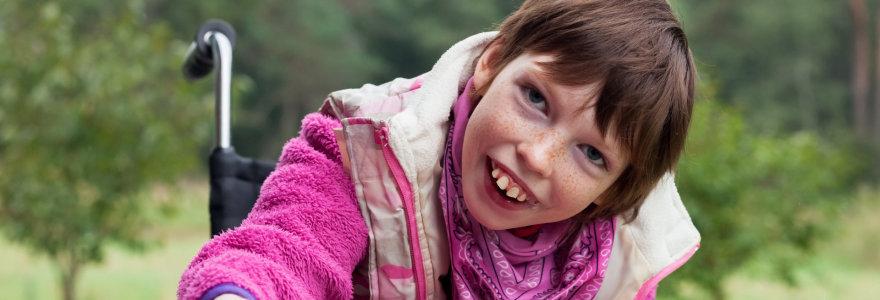 Aušra serga cerebriniu paralyžiumi ir daug šypsosi, bet nesupranta, kodėl žmonės nusuka akis