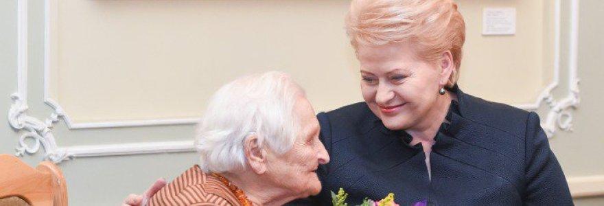 Žydus ir lenkus gelbėjusiai 100-metei Birutei Fedaravičienei – ordinas iš prezidentės rankų