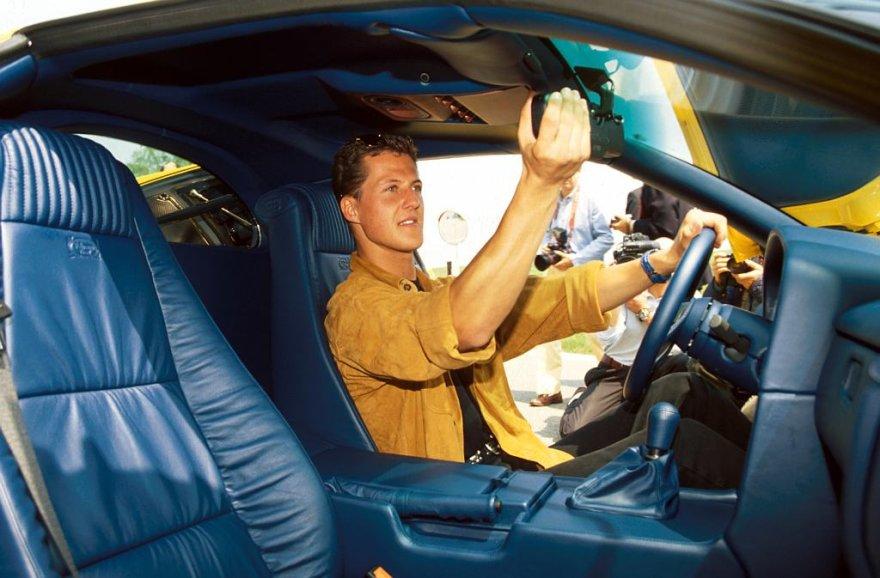 "Michaelis Schumacheris ""Bugatti EB110"" automobilyje"