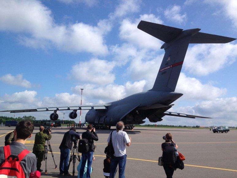 """Vilniaus oro uoste nusileido JAV Karinių oro pajėgų """"milžinas""""."""