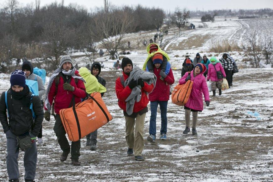 Migrantai keliauja per žiemos kaustomą Serbiją