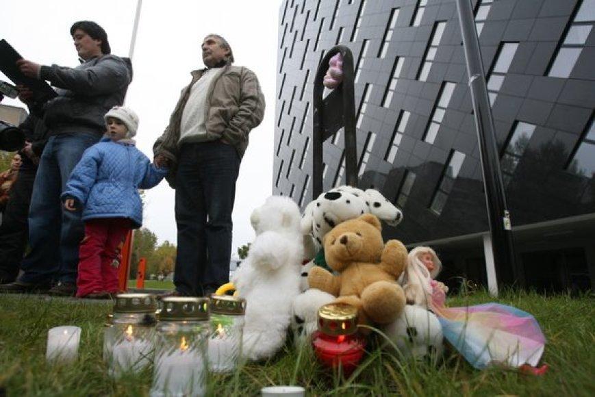 Šeštadienį prie Generalinės prokuratūros pastato Vilniuje vėl renkasi galimą pedofilijos skandalą smerkiantys ir Drąsių Kedį palaikantys žmonės.