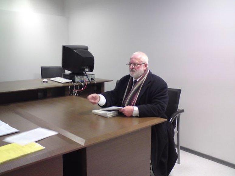 Vos atsisėdęs teismo salėje A.Pilvelis švystelėjo savo oponentei inžinieriaus pažymą apie daugiabučio avaringumą.