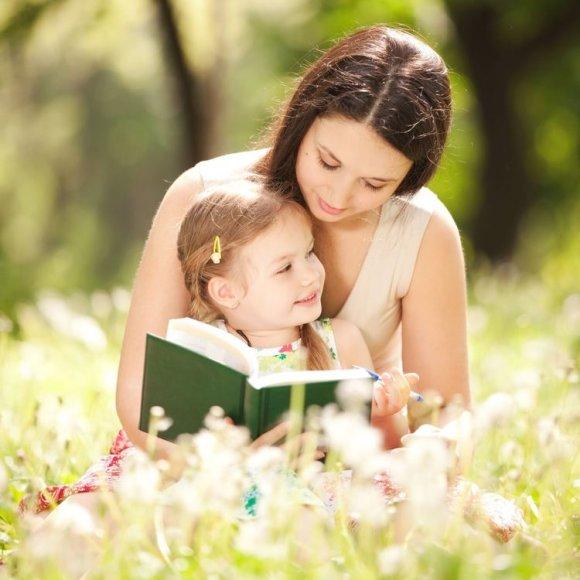Mama skaito dukrai