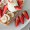 Vafliai su vaisiais, grietinėle ir milteliniu cukrumi