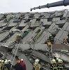 Žemės drebėjimo padariniai: bepilotis užfiksavo dramatiškus sugriauto 17 aukštų namo Taivane vaizdus